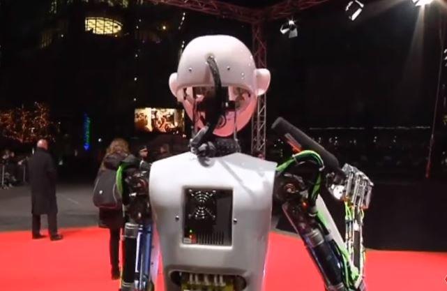 Profesi Manusia Terancam! 5 Pekerjaan Yang Akan Digantikan Robot  © 2018 famous.id