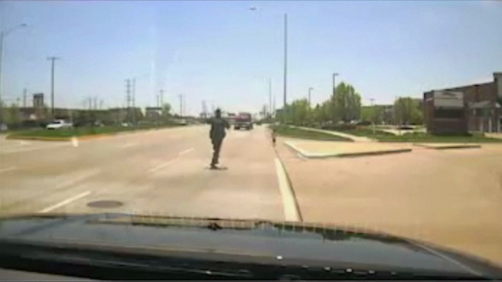 Aksi polisi selamatkan anak yang tiba-tiba berlarian di jalan raya