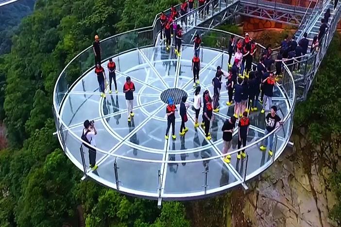 Nikmati pemandangan dari jembatan kaca di ketinggian 131 meter, wow!