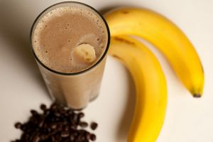 Mau yang seger, yuk bikin smoothie cokelat pisang sendiri
