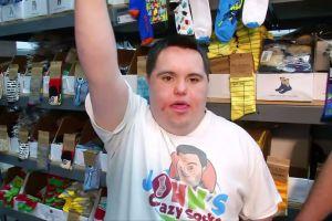 Pemuda down syndrom sukses bisnis kaus kaki