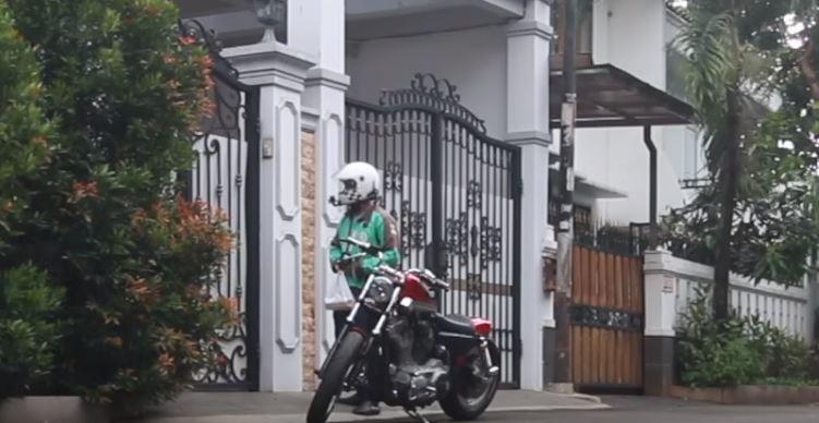 NYAMAR JADI DRIVER GOJEK, NAIK MOTOR GEDE NGANTERIN KE PELANGGAN (Social Experiment Indonesia) © 2018 famous.id