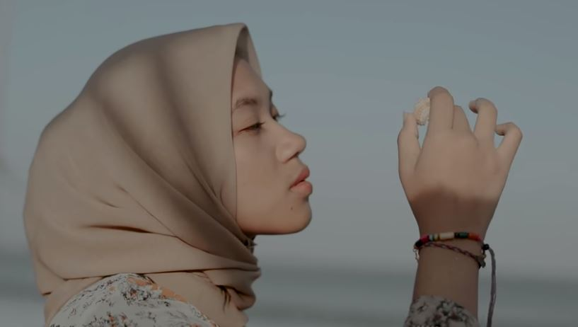 Alya Zurayya - Dengarlah Rasa (Official Music Video) © 2018 famous.id