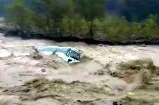 Banjir bandang mengerikan, bus pun ikut terseret arus sungai