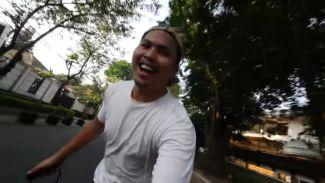 Susah nggak? DaysAfter24 cobain ngevlog naik skateboard elektrik!