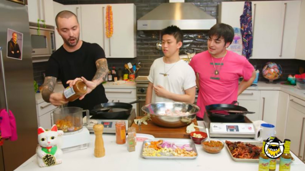 Rindu makanan Indonesia, Rich Brian masak ayam goreng sambel pedas!