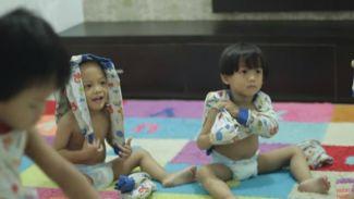Intip keseruan anak kembar 5 lakukan challenge pakai baju sendiri
