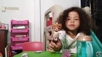 Heboh banget! Harbatah Kids unboxing LOL Surprise mainan kekinian