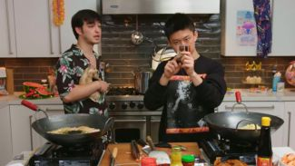 Rich Brian dan Joji tanding masak mi instan, mana yang lebih enak?