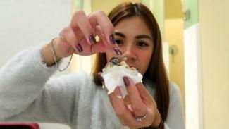 Pramugari cantik cobain makanan ekstrem 'Balut' telur isi embrio ayam