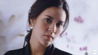 Yuk kepoin isi tas penyanyi cantik Raisa! Bawa apa saja ya?