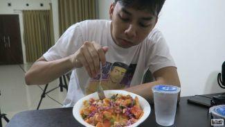 Luthfi Halimawan dikasih kejutan dimasakin makanan favorite sama pacar