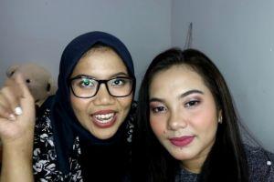 Belajar makeup bareng Azhari Irsalna sambil 'Doing My Friend Makeup'