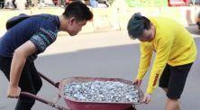 Niat banget! YouTuber ini kumpulkan koin receh hingga 10 juta rupiah