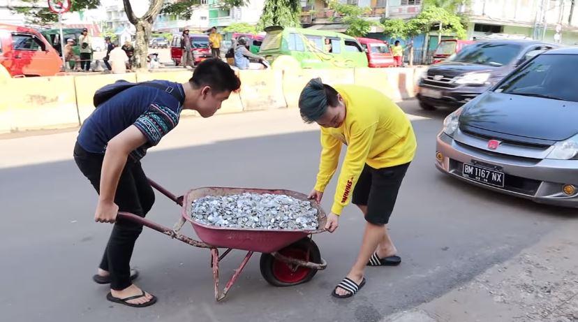 PERJUANGAN NGUMPULIN 10.000.000 UANG RECEH! NGAKAK  © 2018 famous.id
