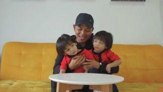 Cara membedakan anak kembar identik ala Keluarga AIUEO