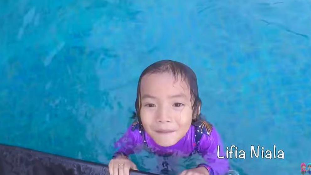 Ajari si kecil supaya nggak takut air dengan mengajak berenang!