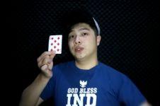 Butuh latihan! Trik sulap mudah menghilangkan kartu tanpa bantuan alat