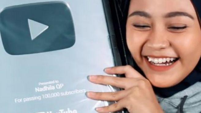 Unboxing 'silver play button' dari YouTube, Nadhila QP terharu!