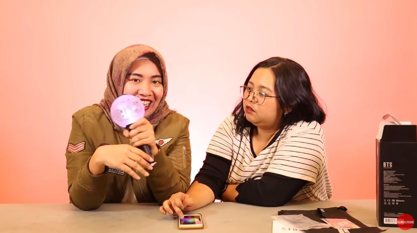 Unboxing BTS Official Lightstick Army Bomb version. 3 #CekOmbak © 2019 famous.id