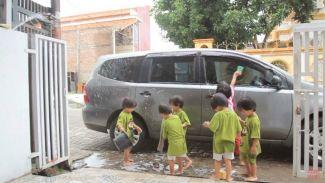 Ajak si kecil cuci mobil bersama, bisa jadi kegiatan seru!