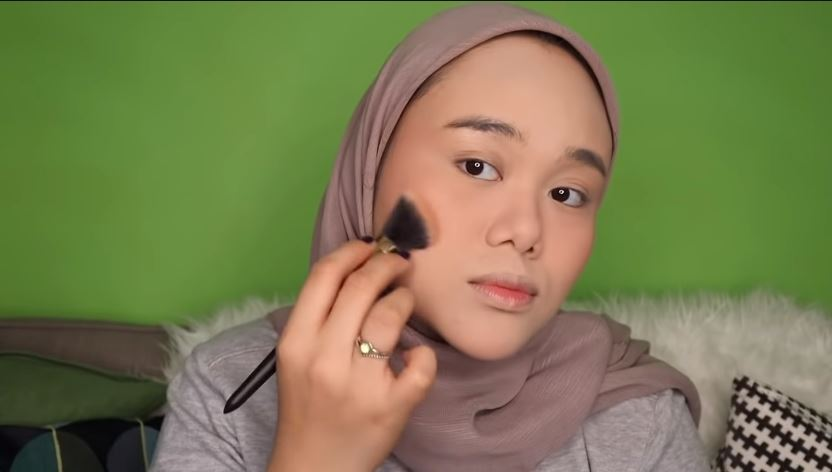 NYOBAIN 50++ PRODUK O.TWO.O  ONE BRAND MAKEUP TUTORIAL © 2019 famous.id