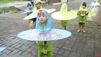 AIUEOS Family seru-seruan main hujan pakai 'topi hujan'!