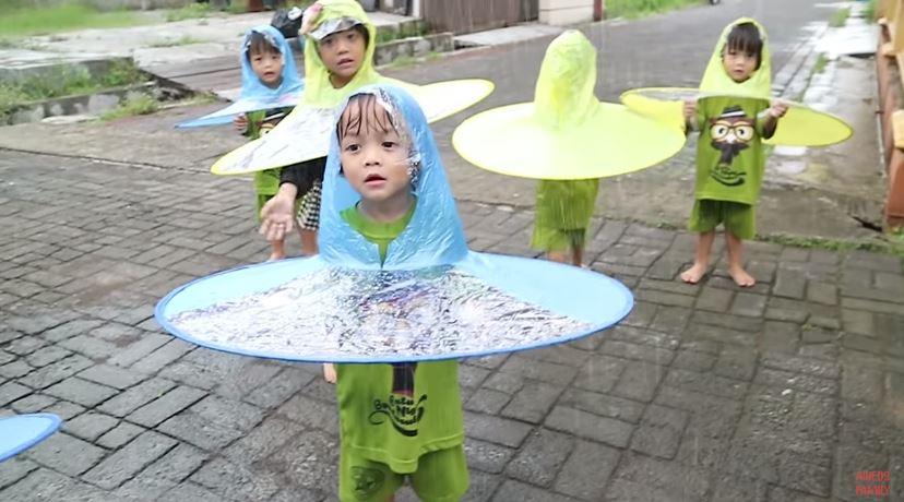 HUJAN-HUJANAN PAKE HAT RAIN  Review Topi Hujan © 2019 famous.id
