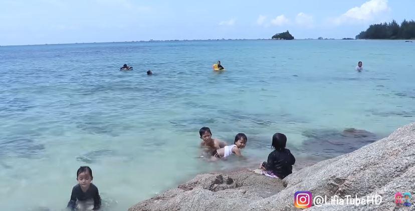 Asiknya Lifia Niala Berenang di Pantai Trikora 🏊🦈Anak Kecil Lucu Asiknya Bermain Pasir © 2019 famous.id