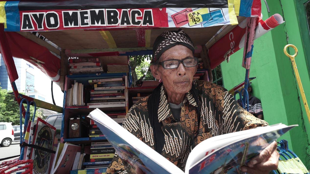 Pelajar hingga pemulung baca buku gratis di Becak Pustaka Jogja