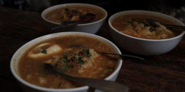 Kuliner legendaris sego godog Pak Pethel,  antreannya hingga 3 jam
