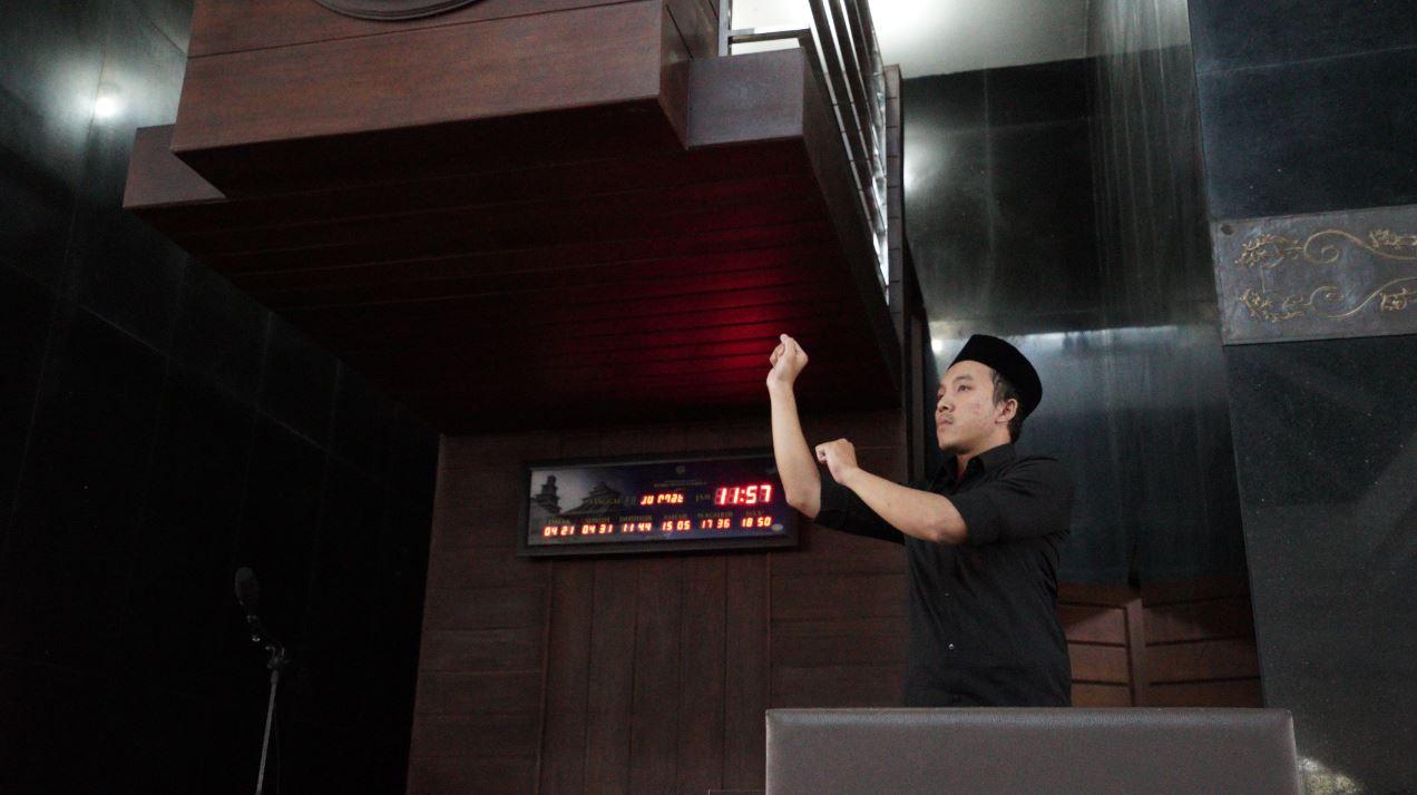 Penerjemah bahasa isyarat khotbah Jumat, Irfan Fahmi Nooryadi