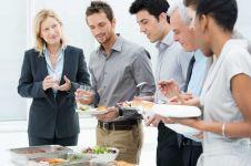 Mitos atau fakta, makan dan minum sambil berdiri bahaya buat kesehatan