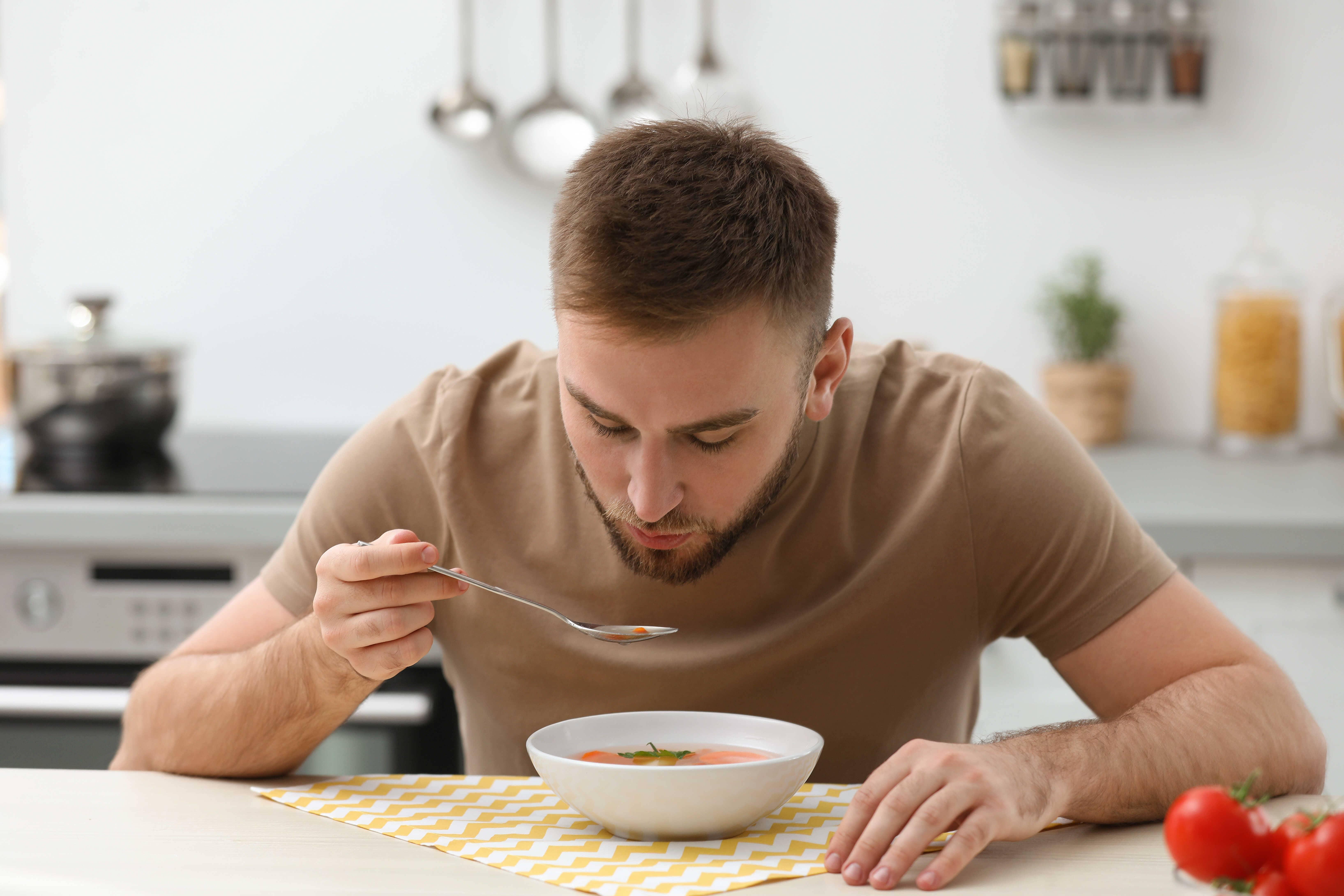 Sering meniup makanan dan minuman panas ganggu kesehatan?